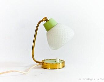 Vintage MidCentury kleinen Nachttisch-Lampe / Vintage Nacht Licht / Pistazien grün hell / weiß Glasschirm