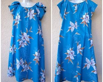 """1970s Hawaiian DRESS. Hawaiian MuuMuu. Hawaiian Caftan. Tent Dress. Blue Hawaiian Dress. Orchid Print. Short Hawaiian Dress. 40"""" Bust Dress"""