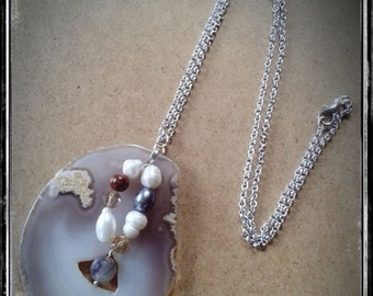 Necklace with a cross section of quartz, Pearl and agate