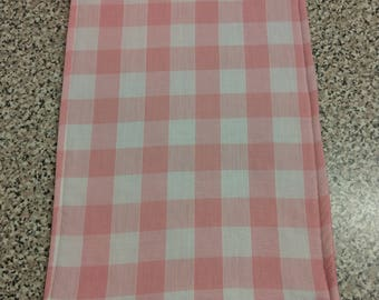 Placemat Pink and white chequered fabric.