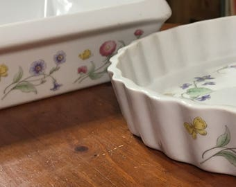 Tart pan and lasagne pan decorated with matching flowers