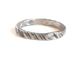 Bague pour homme en argent martelé bague de mariage Artisan bague Unisex orfèvre Bague Bague anneau argent noir bande bague de mariage rustique hommes