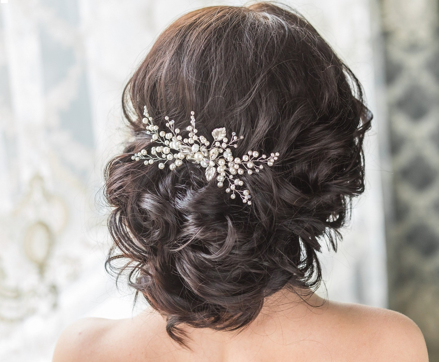 This beautiful flower bridal hair comb is accented with Swarovski crystals and pearls. The leaves are made ​​of brass coated with matte white gold or gold. The