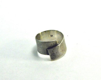 Textured silver overlap band