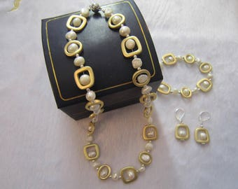 Iregular Shape Pearls With Gold Metal Ring