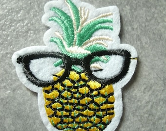 (THC5) A beautiful embroidered badge/patch/applique fusible pineapple bezel