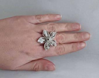 Adjustable flower ring: beige floral fabric