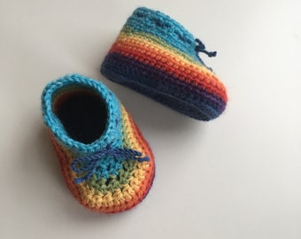 Blue rainbow baby booties in merino wool. Crochet baby booties in 100% organic wool. Handmade baby booties. Baby photo prop booties