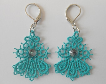 Small earrings in turquoise lace