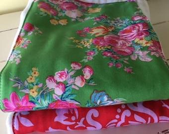 Windel Spucktuch Tuch rot grün Rosen Girly Blumen Stoff von Jennifer Paganelli zwei Windel Spucktuch Tücher Kinderzimmer Baby Shower Geschenk