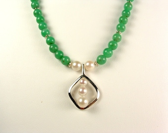 Lovely chrisopraise and cultured pearl necklace