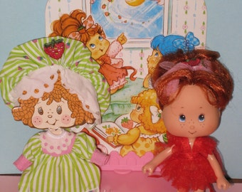1991 Kenner Strawberry Shortcake Doll Plus Outfit and Berry Sweet Sleepover Stand