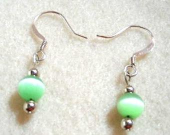 Lime féminine vert Petite boucles d'oreilles, perle de verre fluo mystique à la main verte bijoux, bijoux de l'été, boucles d'oreilles