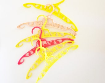 Retro Little Miss Muffet Plastic  Hangers. Set of Six -  Children's size coat hangers - Yellow and Pink Shades