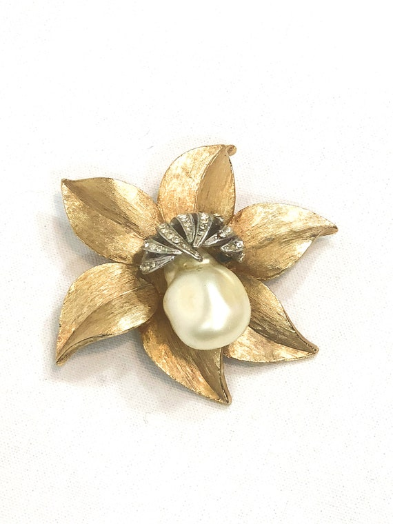 Brushed Goldtone Flower Brooch, Large Faux Mabe Pearl, Silver Rhinestone Stamens, Dimensional Brooch, 1960s Vintage Wedding Jewelry