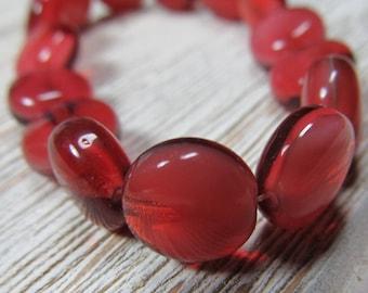 Perles en verre tchèque 10mm semi-opaque soufflé fraise rouge tourbillonné lissent et perles de pièce de monnaie - 15 Pcs.