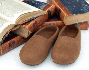 Brown men's house shoes , felted wool slippers-  caramel brown color, classic style for every day.