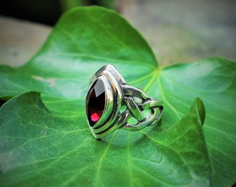 Celtic silver ring (925) with garnet 'Melisandre'