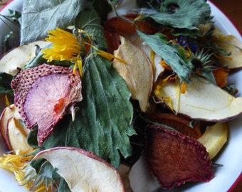 60g - Mélange pommes, abricot, topinambour, fraises, feuilles et fleurs du jardin. Friandises pour lapins.