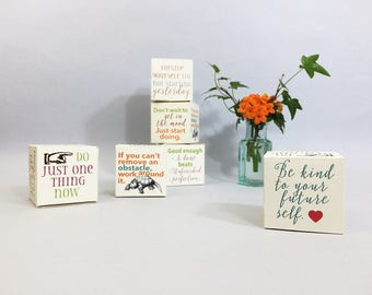Message cubes with positive inspiration for productivity to reach your goals. 6 DIY paper cube desk accessories with message cards.