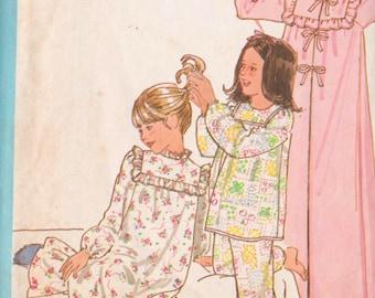 Simplicity 8697 Vintage 1978 Girls' Sleepwear Sewing Pattern