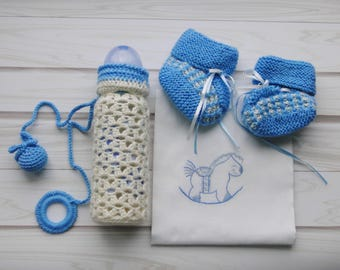 "Gift set for a baby ""It's a boy!' / Newborn gift set / Crocheted bottle case / Knitted baby booties / Embroidered bag / White and blue"