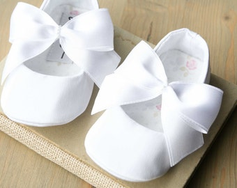 Christening shoes Baby girl shoes White baby shoes Ivory Flower girl shoes Infant shoes Toddler girl shoes Newborn baby shoes Cute shoes