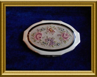 Gorgeous vintage powder compact : embroidery flowers