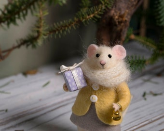 Needle Felted mouse , Woolen mouse  , Mouse with a gift , Art Doll , Waldorf animal , Eco-friendly