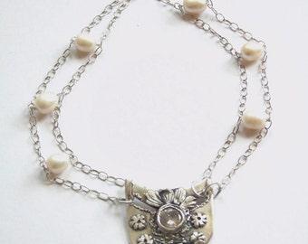 Silber Metall Ton-Kette. Silber Halskette mit Zirkon und Perlen.
