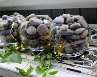 Le lac maison Pierre Table Centre de table Collection de 3 récipients en verre rempli de Multi couleur pierres lisses de lac, maison Boho naturel
