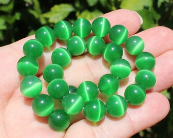 4 ŒIL CAT GREEN 10 MM ROUND OPAL BEADS.