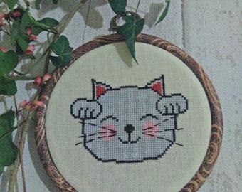 Framework embroidered on linen maneki neko
