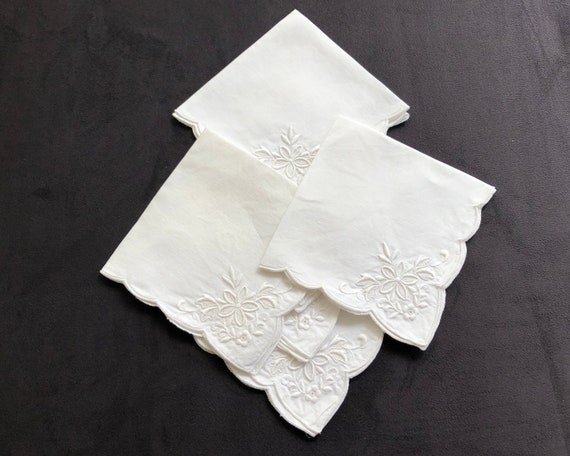 6 vintage white linen embroidered napkins, scalloped edge, floral embroidery, 11 inches / 28cm square
