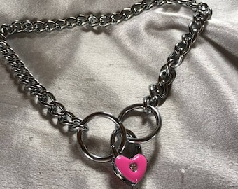 Sweet pink clasping heart collar