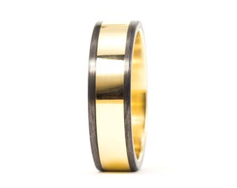 18ct gold and carbon fiber twill. Unique gold wedding band. Water resistant and very durable (04703_6N)