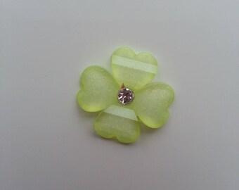 fleur en résine avec strass au centre 20 mm vert clair