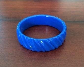 Blue Lucite Bangle, Molded Lucite Bangle, Bright Blue Bangle, Chunky Blue Bangle, Vintage Lucite, Blue Striped Bangle, Lucite Bracelet