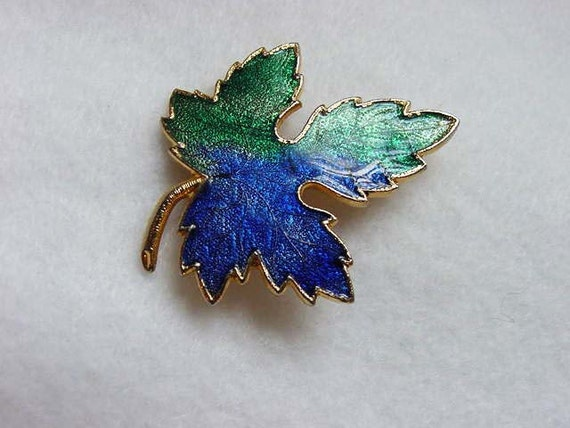 Vintage Enamel MAPLE LEAF Pin / Brooch