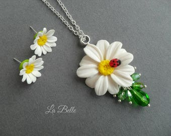 Nice kit with daisies. Cloves  and pendant.