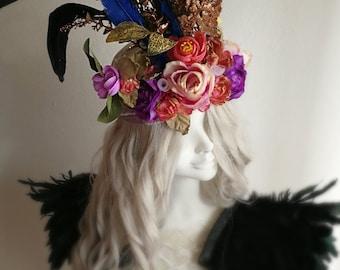 Un fait à la main d'une coiffe de costume genre mode gothique avec des fleurs et de plumes.