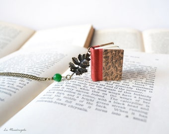 Collana con libro arancione con foglie disegnate,  pendente con foglia di quercia e perla verde