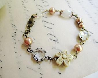 Rose Gold Perle Armband, Crystal, zierliche Armband, Vintage-Stil, Victorian, Luciteblüte, Blueartichokedesigns