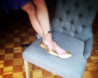 UPON REQUEST VEGAN - Golden Faux leather Ballet flats - Style: Merlina Original - Ankle bracelet Ballerinas - Mina Dominguez