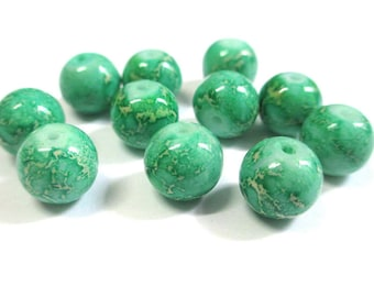 10 pearls cream marbled emerald green glass 10mm (S-36)