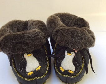 Boots of fur sheep returned over black leather, embroidery M and Ms Pinguoins, size 1 year