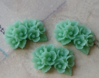 26 mm x 17 mm Resin Flower Cabochons of Grass Green Color (.ns)