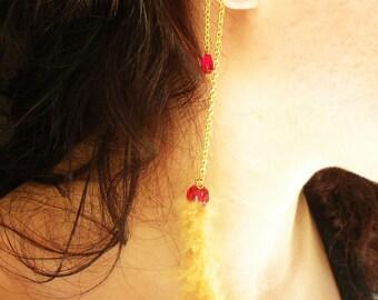 Plumeau à la main or Earcuff épaule avec plumes et perles de verre rouge sur chaîne en or Dangle