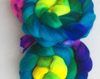 Gradient dyed merino combed top roving hand dyed spinning felting fiber 4oz 'Poison Dart Frog'
