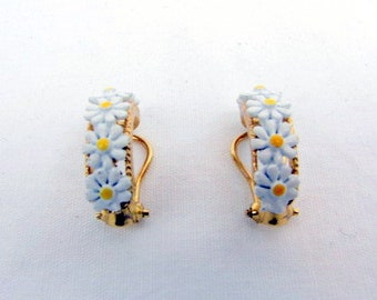 Vintage Daisy Earrings / Gold Tone / Plastic Daisy Ring / Clip Ons / White Daisies / Flowers